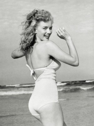 Marilyn_Monroe_1949_Beach_TheSuiteWorld